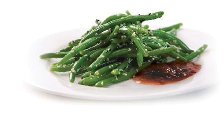 מתכון לשעועית ירוקה מוקפצת ברוטב צ'אטני שזיף ועגבניות שרי