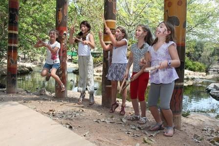 סוכות עם תרבות האבוריג'ינים בגן גורו