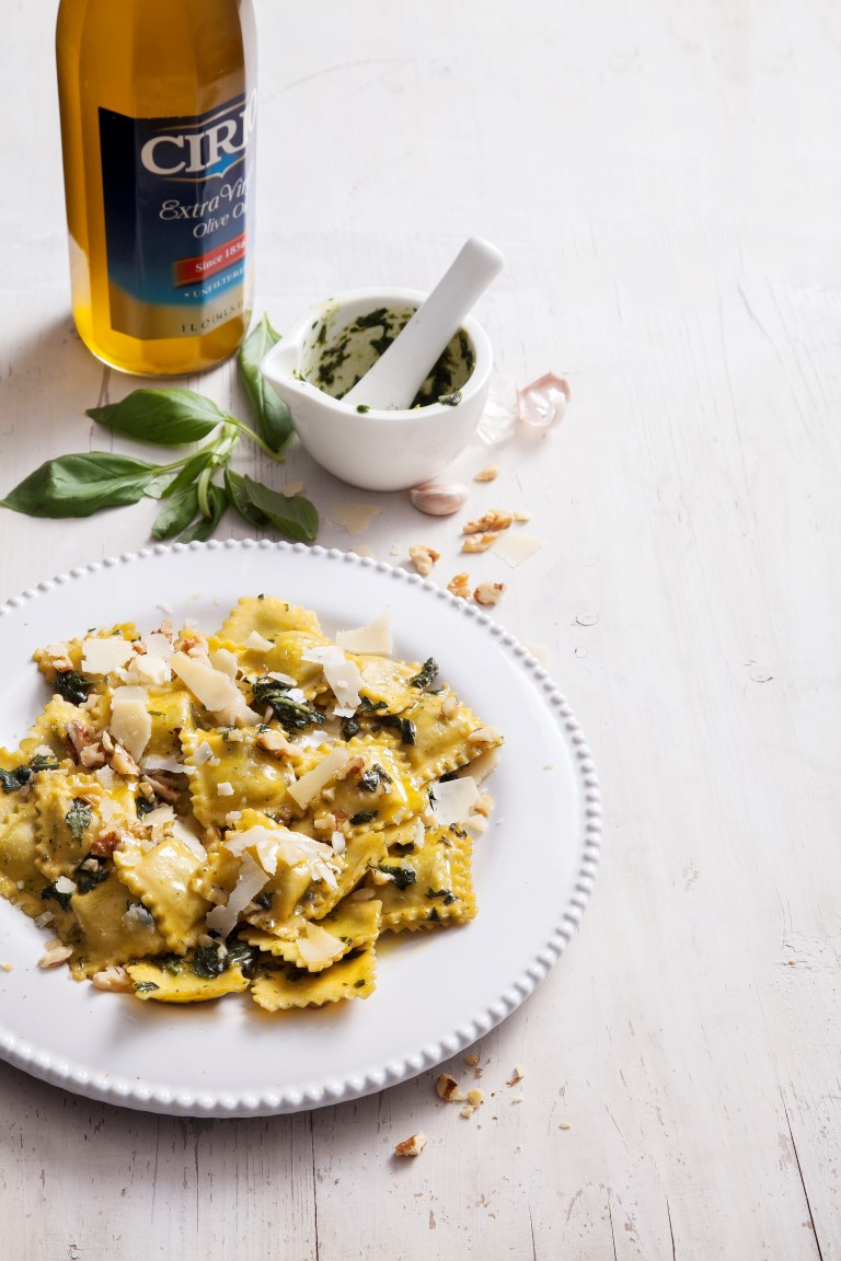 מתכון רביולי גבינות עם פסטו, שברי אגוזים ופרמזן