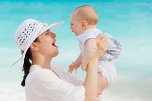 אמא ותינוק.תינוקות זקוקים להגנה בשמש.צילום pixbay