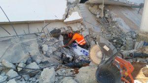 פינוי ניצולים באסון קריסת החניון בתל אביב.צילום באדיבות זק''א