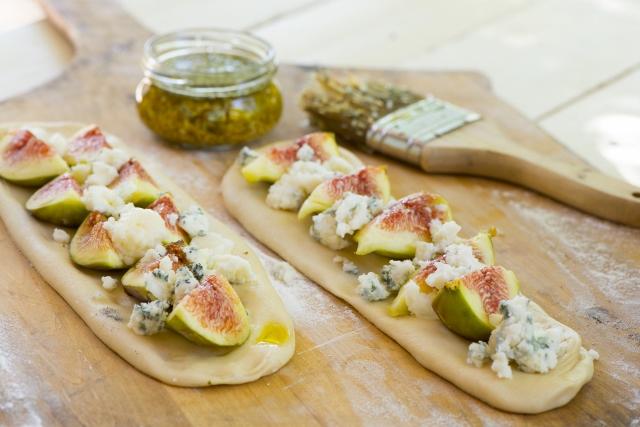 מתכון: פוקאצ'ה גבינה כחולה עם תאנים