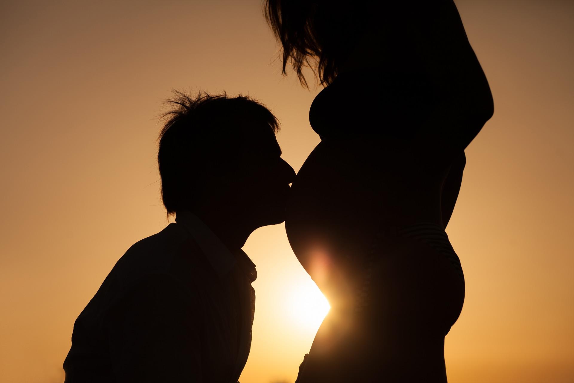 צילומי היריון – בטבע או בסטודיו?