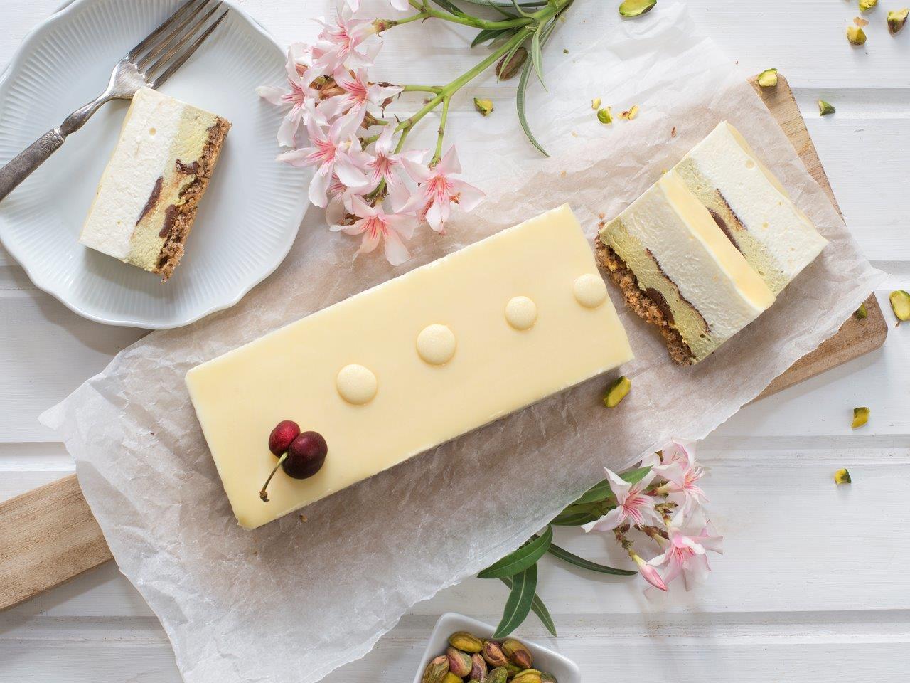 עוגת מוס גבינה עם שוקולד לבן ופיסטוק