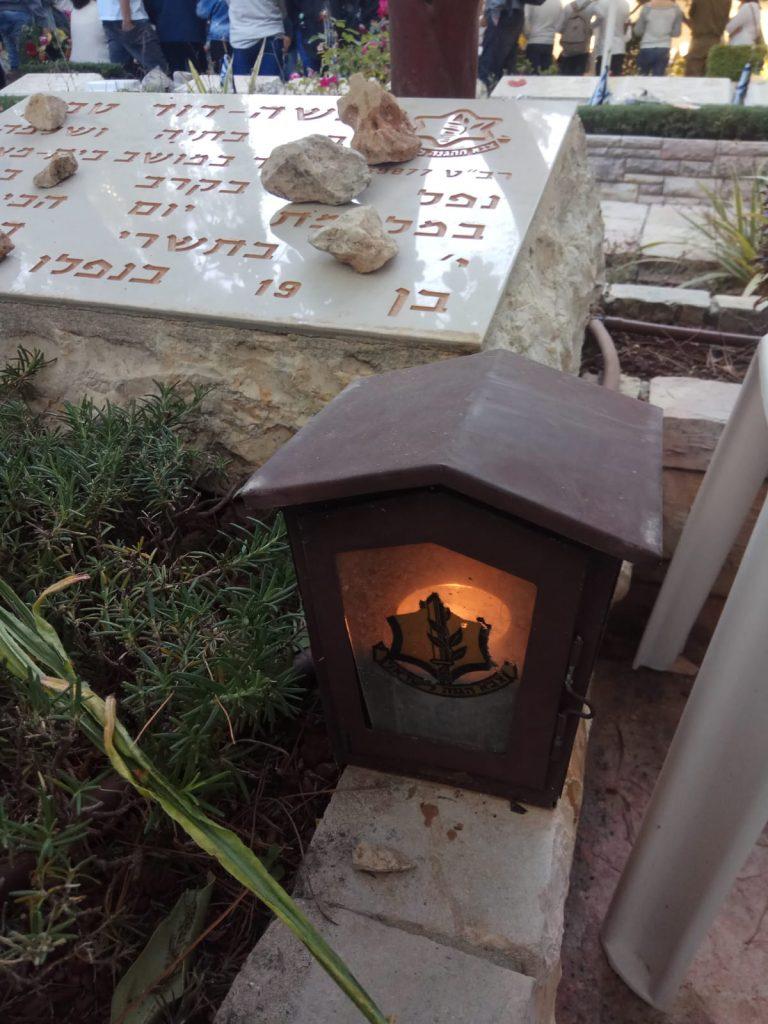 """נר זיכרון על קבר חלל צה""""ל בבית הקברות הצבאי בהר הרצל, ירושלים"""