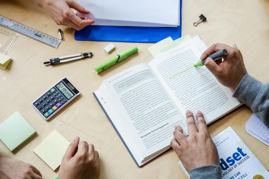מה עדיף הנדסאי תעשייה וניהול או תואר כלכלה וניהול?