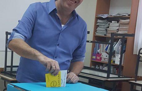 רגע לפני הבחירות: עמיעד טאוב בוחר בבית / דעה