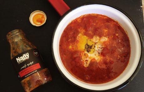 שקשוקה קלאסית – רוטב עגבניות בשלות, פלפלים קלויים ונגיעות שמן זית