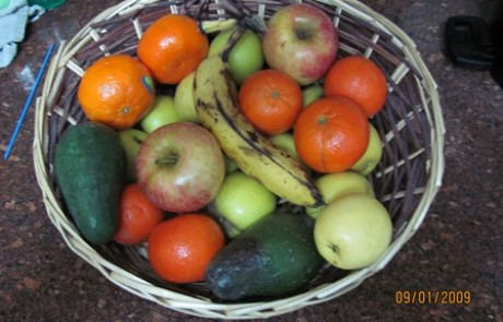 סלסלת פירות כמתנה לחנוכת בית