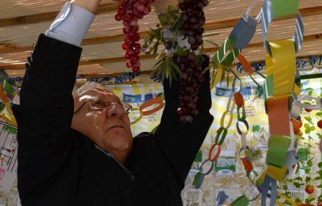 נשיא המדינה בונה סוכת שלום