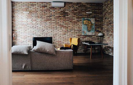 עיצוב קיר בריקים בסלון – איך עושים את זה נכון